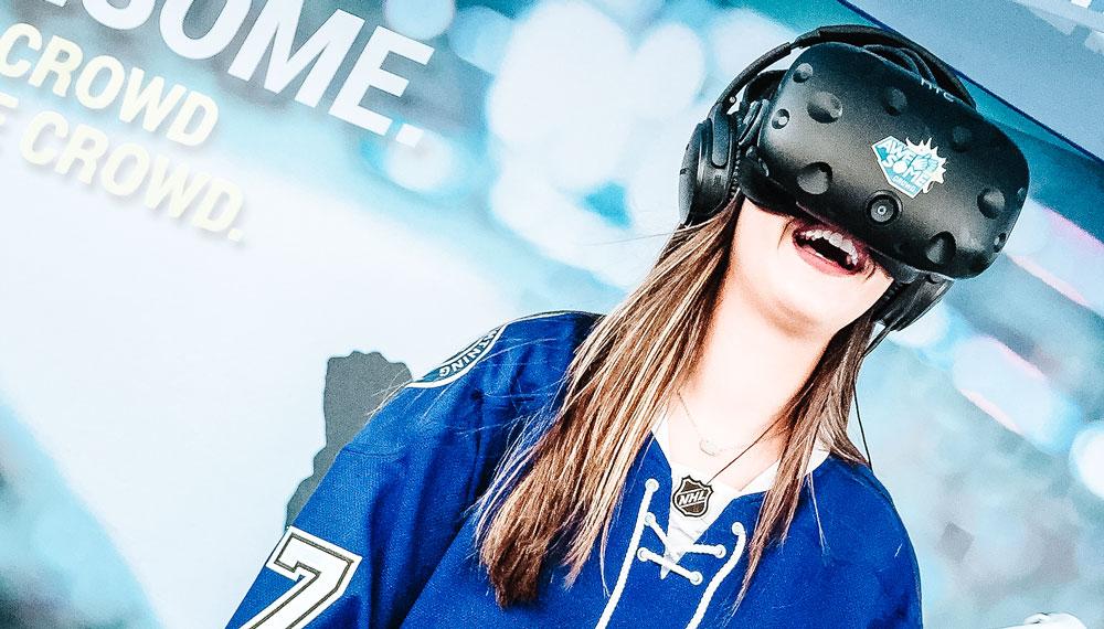 Tyttö hymyilee virtuaalilasit päässä, VR.